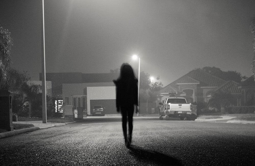 6 sfaturi pentru a rămâne în siguranță când te deplasezi pe jos în timpul nopții